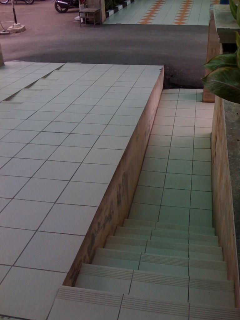 Contoh perbedaan tinggi lantai yang membahayakan.