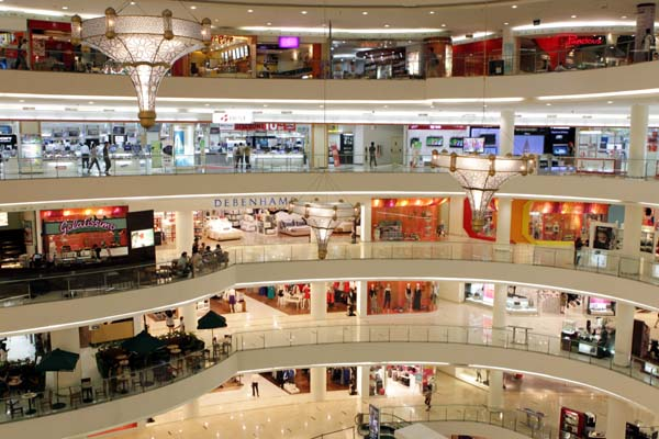 Contoh dari stimulasi lingkungan dalam mall yang hadir dalam bentuk desain interior, signs, advertisement, dan juga kehadiran orang asing dalam jumlah besar.