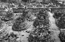 Borobudur sebelum proses restorasi Theodoor van Erp. (Sumber: Borobudur, Periplus Editions HK Ltd. 1990)